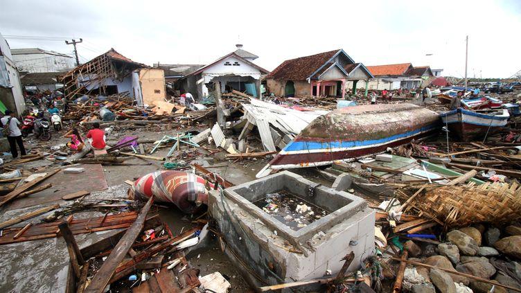 Sur place, les secouristes s'activent pour retrouver les dizaines de disparus. (DEMY SANJAYA / AFP)