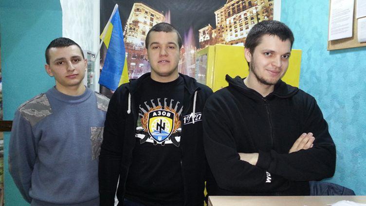 (L'emblème du bataillon Azov, ultra-nationaliste, s'affiche sur le t-shirt d'un des ultras du Dynamo Kiev © RADIO FRANCE/Jérôme Cadet)