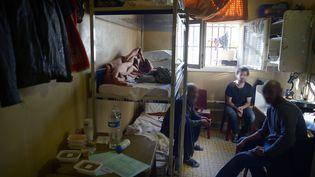 Trois détenus se partagent cette cellule d'à peine 10m2 à la prison de Fresnes. (JC HANCHE / CGLPL / FRANCEINFO)