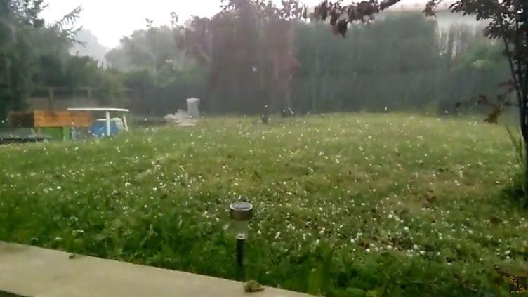 Capture d'écran d'une vidéo tournée par un internaute lors d'un orage de grêle dans le Sud-Ouest, le 18 avril 2015. (MR TENACY / YOUTUBE)