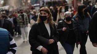 Des passants dans les rues de Madrid, en Espagne, le 28 février 2021. (BURAK AKBULUT / ANADOLU AGENCY / AFP)