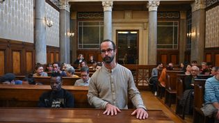 Cédric Herrou, au tribunal de Lyon (Rhône), le 11 mars 2020. (PHILIPPE DESMAZES / AFP)