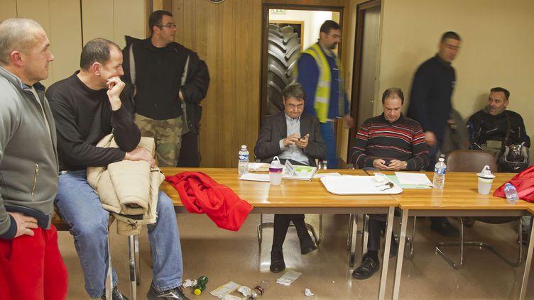 Des salariés de l'usineGoodyear d'Amiens-Nord retiennent le directeur de production de l'usine, Michel Dheilly, et le directeur des ressources humaines Bernard Glesser - le 6 janvier 2014 (MICHEL EULER / AP / SIPA)