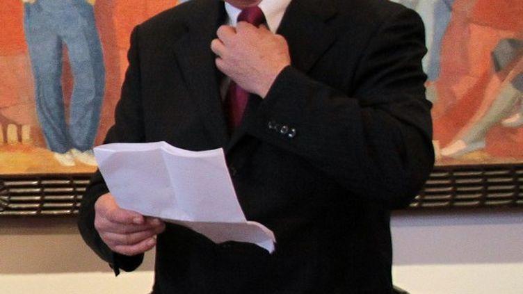 Jean-Michel Colo, maire de la ville d'Arcangues (Pyrénées-Atlantiques), explique en conférence de presse, le 5 juin 2013, son intention de refuser de célébrer des mariages d'homosexuels, en dépit de la loi l'autorisant. ( AFP )