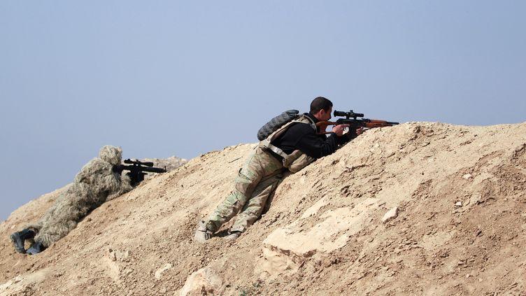 En février 2017, commence l'offensive vers Mossoul-Ouest. Des soldats des forces de sécurité irakiennes pointent leurs snipers vers l'aéroport de Mossoul, au sud-ouest de la ville, le 23 février 2017. Tout commela reprise d'unebase militaire proche de Ghazlani (nord de l'Irak), la reconquête de cet aéroport désaffecté constitue une victoire symbolique pour les combattants anti-Daesh. Et les événements s'accélèrent. (ZOHRA BENSEMRA / REUTERS)