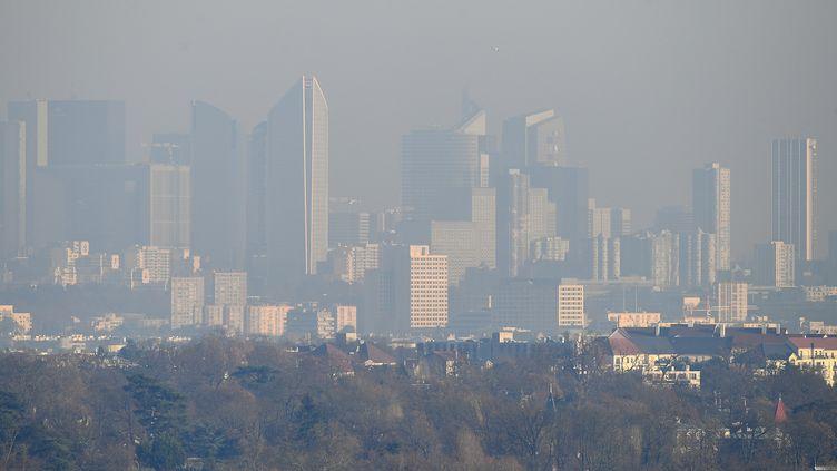 Lequartier de la Défense, près de Paris,sous un nuage de pollution, le 5 décembre 2016. (FRANCK FIFE / AFP)