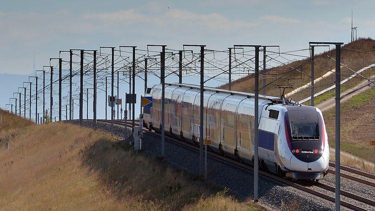 Un TGV sur la ligne à grande vitesse Est-européenne, à Gougenheim (Bas-Rhin), lors d'un essai, le 28 septembre 2015. (PATRICK HERTZOG / AFP)