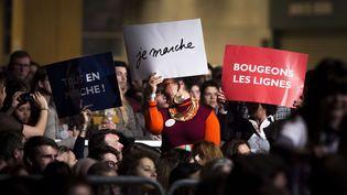 Des partisans d'Emmanuel Macron assistent à un meeting de leur candidat, le 10 décembre 2016 à Paris. (KAMIL ZIHNIOGLU / AP / SIPA)