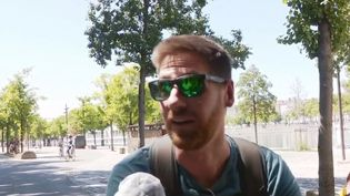 Un cycliste à Lyon durant la canicule d'août 2020. (FRANCE 3)