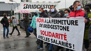 Lors d'unemanifestation contre la fermeture annoncée du site Bridgestone devant l'usine de Béthune(Pas-de-Calais), le 4 octobre 2020 (photo d'illustration). (DENIS CHARLET / AFP)