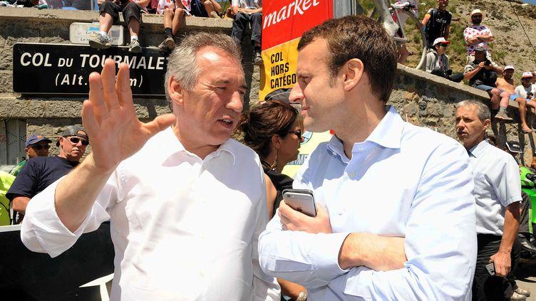François Bayrou et Emmanuel Macron, assistant à une étape du Tour de France entre Pau (Pyrénées-Atlantiques) et Bagnères-de-Luchon (Haute-Garonne), le 9 juillet 2016. (SIPA)