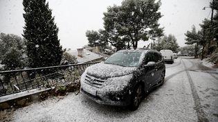 Une voiture recouverte de neige àLa Seyne-sur-Mer (Var), le 2 décembre 2017. (MAXPPP)