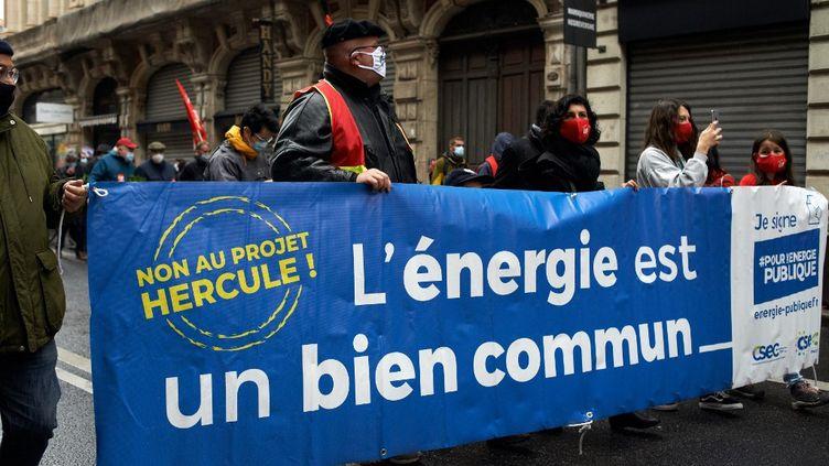 """1er mai 2021. Fête du travail à Toulouse.Une bannière déployée disant : """"Non au projet HERCULE"""". (Illustration) (ALAIN PITTON / NURPHOTO / AFP)"""