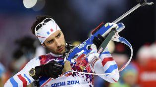 Le biathlète Martin Fourcade lors de l'épreuve de poursuite desJeux Olympiques de Sotchi (Russie), qu'il a remportée, le 10 février 2014. Le Français a aussi obtenu une médaille d'or, en individuel sur 20 kilomètres, et une médaille d'argent, en start-mass sur 15 kilomètres. (PHILIPPE MILLEREAU / DPPI MEDIA / AFP)
