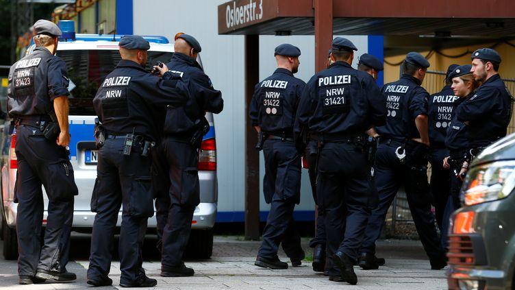 Des policiers à l'extérieur de l'appartement deSeif Allah H., un Tunisien interpellé à Cologne (Allemagne), le 15 juin 2018, pour un projet d'attentat. (THILO SCHMUELGEN / REUTERS)