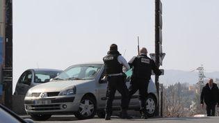 Des policiers déployés aux abords du lycée Alexis de Tocqueville de Grasse (Alpes-Maritimes),jeudi 16 mars. (VALERY HACHE / AFP)