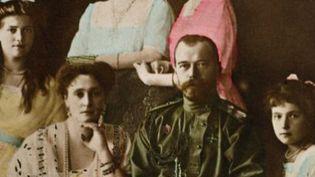 Carte postale colorisée montrant la famille du tsar Nicolas II avec sa fille Maria, son épouse Alexandra et Anastasia. (HISTORIAL DE PERONNE / AFP)