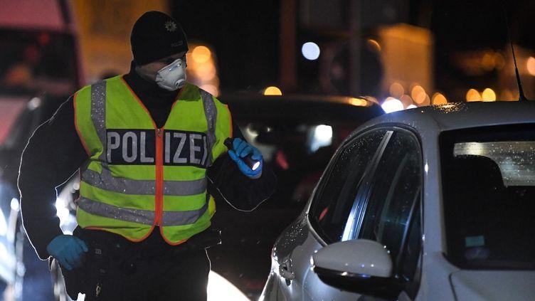 La police allemande réalise des tests de fièvre aléatoire à la frontière française. (PATRICK HERTZOG / AFP)