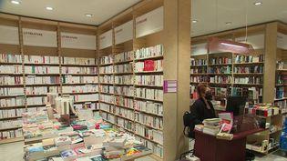 Afin de lutter contre la concurrence déloyale d'Amazon, proposant la livraison de livres à 1 centime, une proposition de loi est examinée afin de créer un prix plancher pour la livraison. L'objectif est de permettre aux librairies indépendantes de survivre. (CAPTURE D'ÉCRAN FRANCE 3)