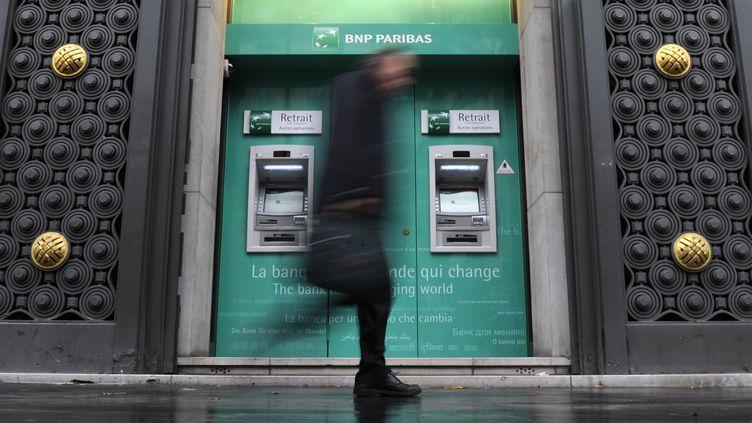 Un passant devant une agence BNP-Paribas à Paris. (GONZALO FUENTES / REUTERS)