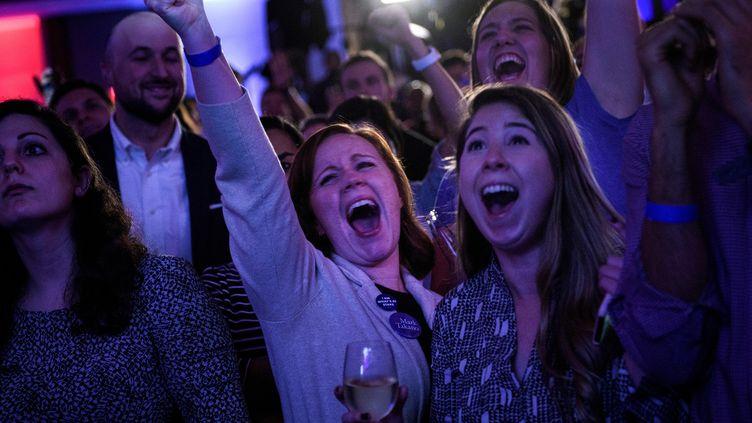Des électrices démocrates réagissent aux résultats des élections de mi-mandataméricaines,le 6 novembre 2018, à Washington. (Brendan Smialowski / AFP)