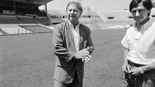 Michel Hidalgo, à l'époque manager de l'Olympique de Marseile, aux côtés du joueur Alain Giresse, le 29 juillet 1986 à Marseille. (GERARD FOUET / AFP)