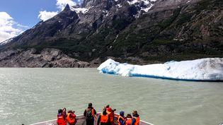 Des touristes observent un morceaudétaché du glacier Grey, dans le parc national Torres del Paine au Chili, le 29 novembre 2017. (REUTERS)