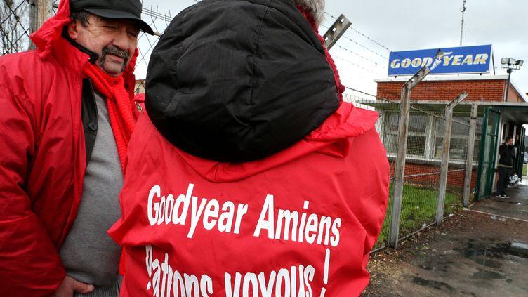 Des employés devant l'entrée de l'usine Goodyear à Amiens-Nord (Somme), 31 janvier 2013. (FRANCOIS NASCIMBENI / AFP)