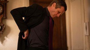 """Robert Plagnol dans """"Un jolie robe"""" d'Andrew Payne mis en scène par Patrice Kerbrat sur Directautheatre.com. (DIMITRI KLOSOWSKI)"""