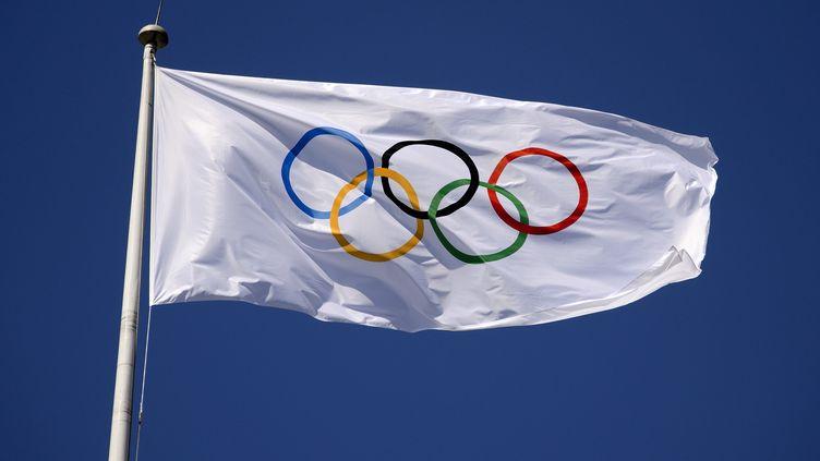 Le drapeau olympique flotte au-dessus de Londres (Royaume-Uni) lors des JO, le 23 juillet 2012. (FABRICE COFFRINI / AFP)