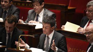 Manuel Valls est plongé dans ses dossiers lors des débats sur la motion de censure visant la loi Macron, à l'Assemblée nationale, à Paris, le 19 février 2015. (MARTIN BUREAU / AFP)