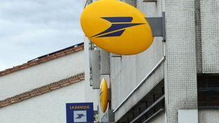 Une enseigne deLa Poste, photographiée à Gond-Pontouvre (Charente), le 8 octobre 2015. (MAXPPP)