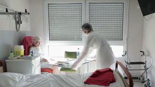 En attendant un vaccin, le coronavirus est toujours présent. Des soignants de l'hôpital de Tourcoing, dans le Nord, ont accepté de témoigner sur la crise sanitaire. (FRANCE 2)