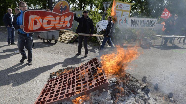 23 05 2013 Les ex salariés de l'abattoir Doux à Pleucadeuc se sont réunis devant l'usine (MAXPPP)