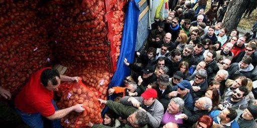 A Thessalonique, en Grèce, le 2 mars 2012 : des producteurs vendent leurs pommes de terre à prix coûtants. Un geste de solidarité des agriculteurs du nord du pays avec la population, qui gagne d'autres villes du pays. (AFP PHOTO/SAKIS MITRODOLIDIS)