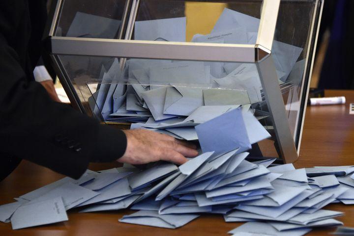 Un assesseur dépouille une urne lors des élections municipales de 2014 à Toulouse. (PASCAL PAVANI / AFP)