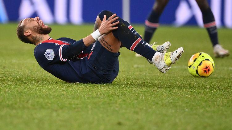 Neymar s'est blessé face à l'Olympique Lyonnais dimanche. (FRANCK FIFE / AFP)
