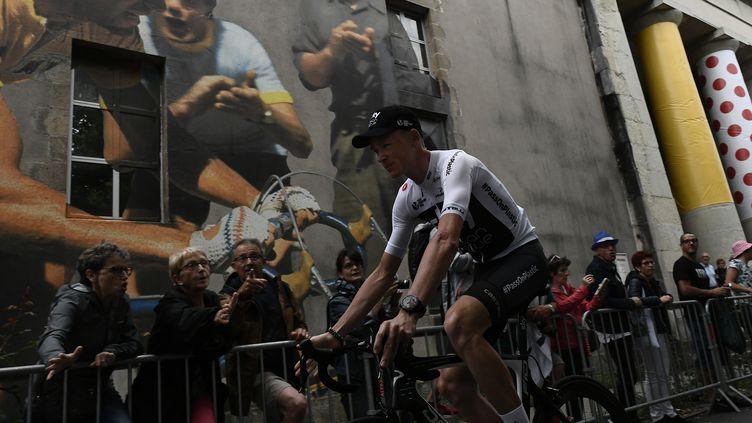 Christopher Froome lors de la présentation des équipes avant le départ du Tour de France, le 5 juillet 2018, à La Roche-sur-Yon (Vendée). (JEFF PACHOUD / AFP)