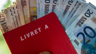 Un livret A et des billets d'euros. Photo d'illustration. (AFP)