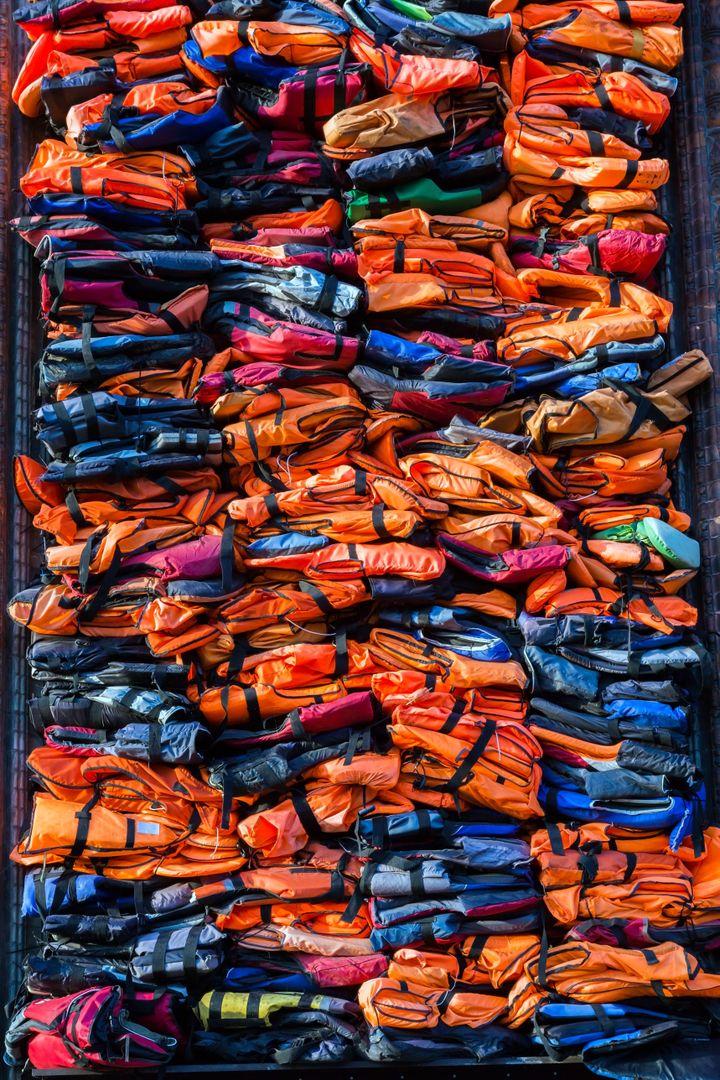 """L'oeuvre """"Soleil Levant"""", de l'artiste chinois Ai Weiwei, composée de3.500 gilets de sauvetage de migrants arrivés à Lesbos entre 2015 et 2016. (PERRY MASTROVITO / IMAGE SOURCE)"""