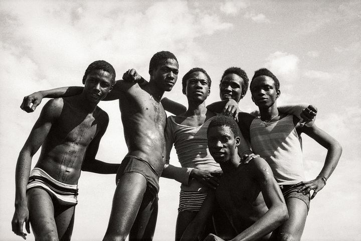"Malick Sidibé, ""À la plage"", 1974, Courtesy Galerie MAGNIN-A, Paris  (Malick Sidibé)"