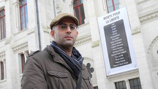 Asaf Hanuka devant l'Hôtel de Ville d'Angoulême  (Lorenzo Ciavarini Azzi/Culturebox)