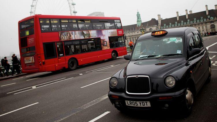 Un taxi descend une rue de Londres, le 23 octobre 2012. (ANDREW COWIE / AFP)
