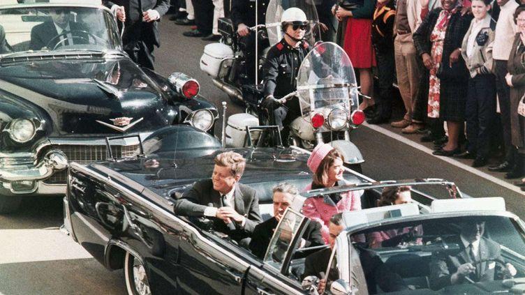 Le président John F. Kennedy et sa femme Jackie traversent Dallas (Texas) en limousine, peu avant les coups de feu mortels, le 22 novembre 1963. (AP / SIPA)