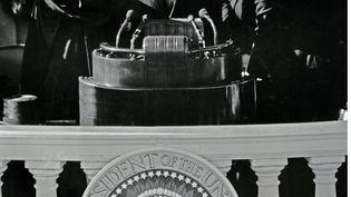 Le président américain John F. Kennedy, prêtant serment à Washington (Etats-Unis), le 20 janvier 1961. (CNP / ADMEDIA / SIPA)