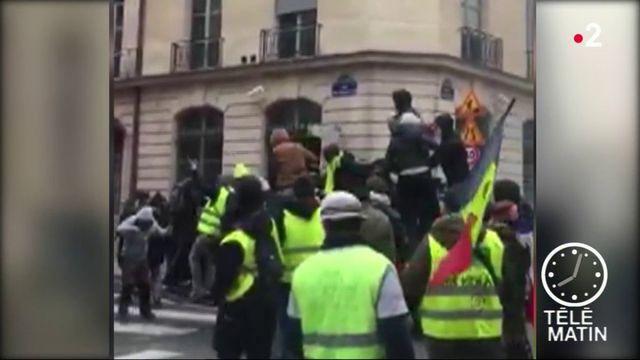 """Paris : quatre """"gilets jaunes"""" jugés pour avoir forcé un ministère"""