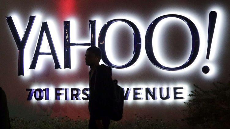 Une personne passe devant le siège de Yahoo! à Sunnyvale (Californie), le 5 novembre 2014. (MARCIO JOSE SANCHEZ / AP / SIPA)