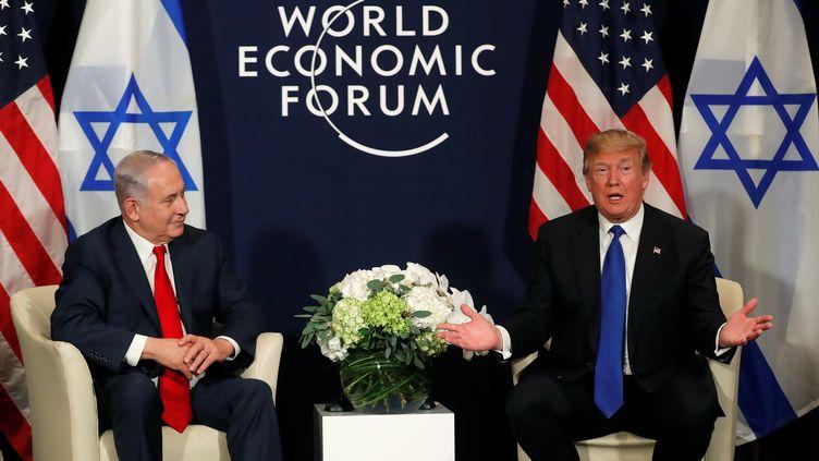 Benyamin Netanyahou et Donald Trump, au Forum économique mondial de Davos, en Suisse, le 25 janvier 2018. (CARLOS BARRIA / REUTERS)