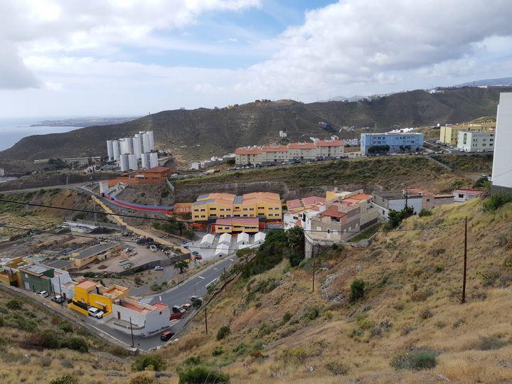 Au centre d'accueil pour migrants d'El Lasso à Las Palmas sur l'île de Grande Canarie, dans une ancienne école, au cœur d'un quartier de HLM, en 2021. (JÉRÔME JADOT / RADIO FRANCE)