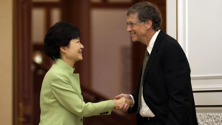 Le fondateur de Microsoft, Bill Gates, salue la présidente de la Corée du Sud, Park Geun-hye, le 22 avril à Séoul. (LEE JIN-MAN / AFP)